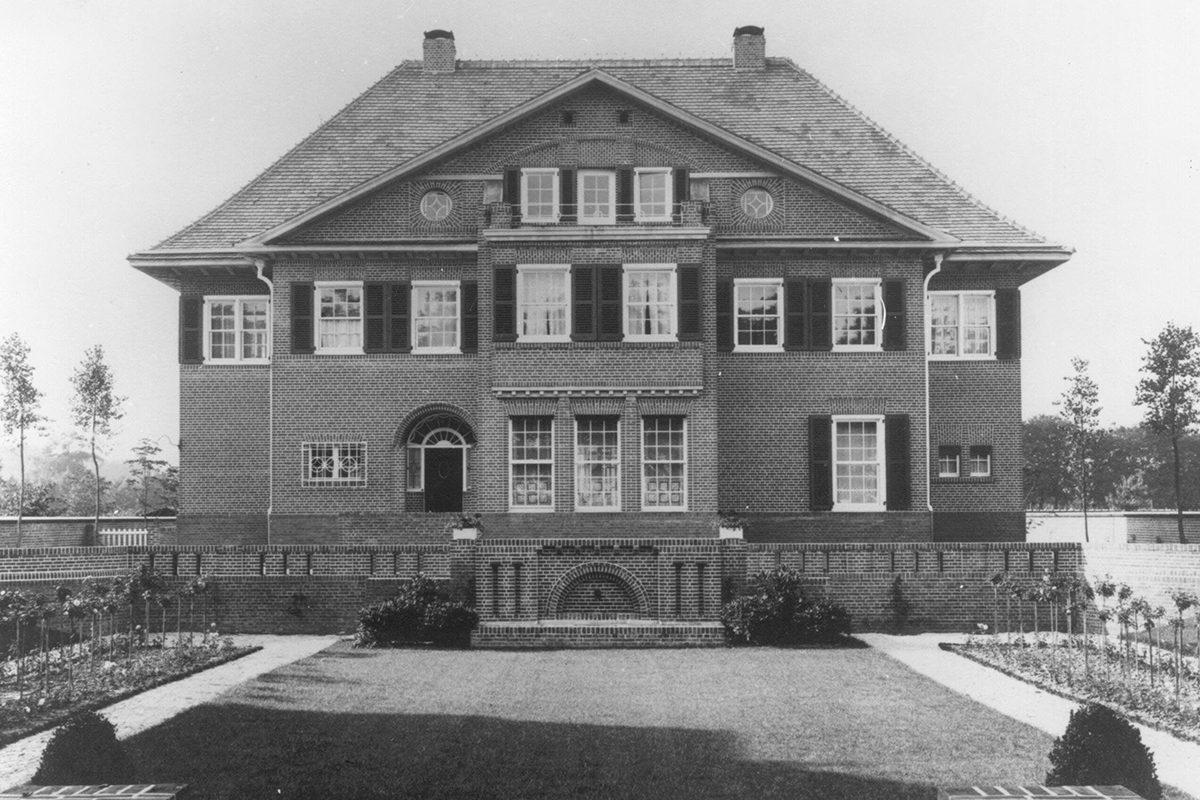Südfassade mit Sinkgarten um 1910 (StAKR Obj. Nr. 18.374)