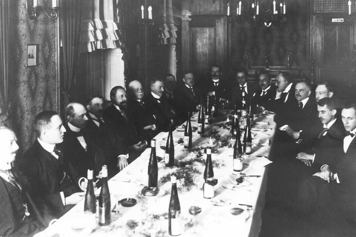 Architektenverein Krefeld 1920 v.l.: C.Hintschler, E. Bertrand, A. Stromenger, K.Schaffrath, P. Olzem, H. Oediger, H. Giersberg, M. Simons, A. Esch, H.A. Ostwald, F. Lorscheidt, P. Frank, A. Biebricher, L. Wilde, M. Sippel, K. Geilen (StAKR 13516)