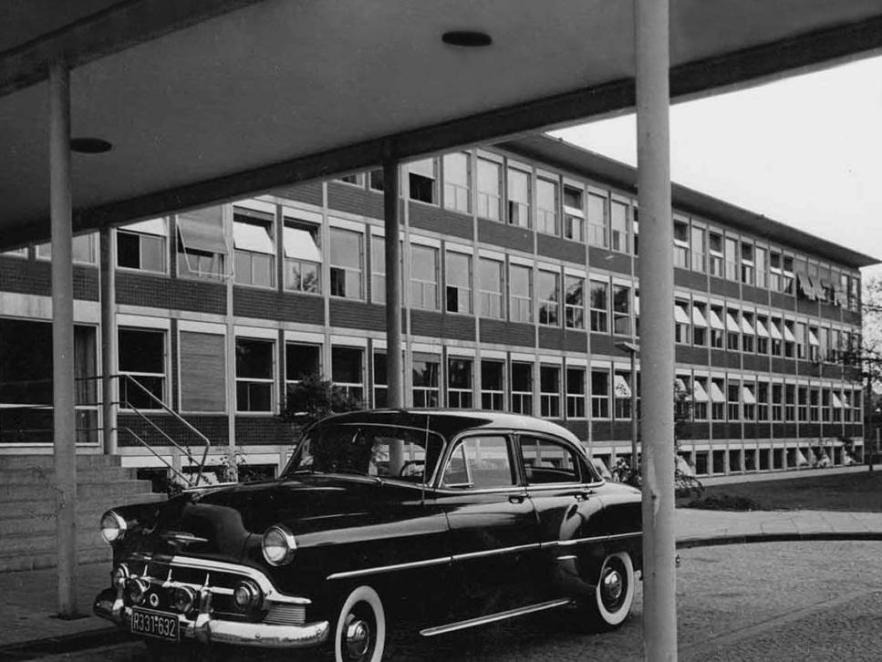Vorfahrt mit Kragdach 1950er-Jahre